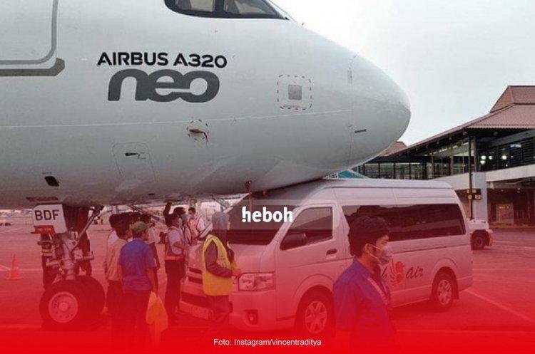 Shuttle Bus Milik Batik Air Tabrak Moncong Pesawat di Bandara Soetta