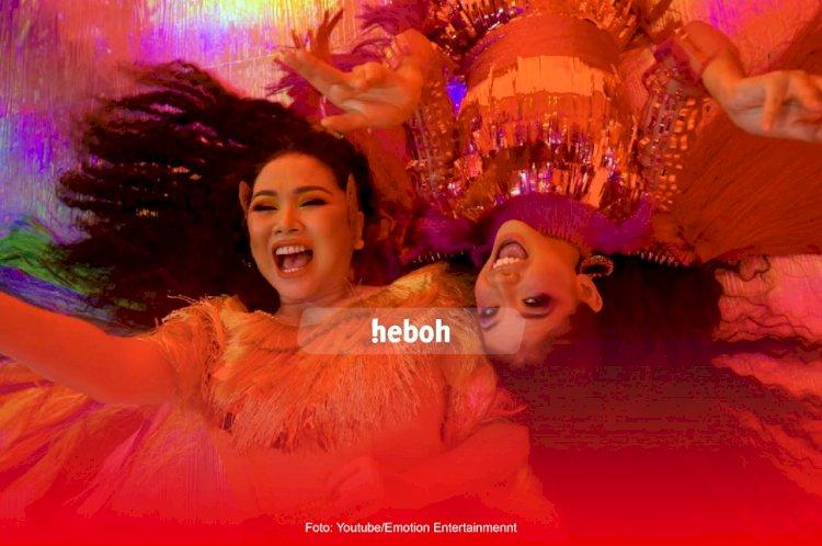 Tunjukkan Warna Indonesia, Titi DJ Rilis Show Off Your Colors Bersama Sara Fajira dan Eka Gustiwana